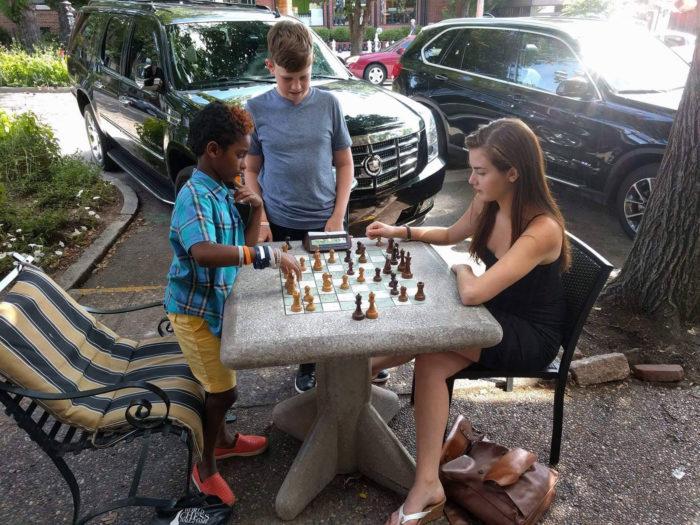 Нередко Александра Ботез играет в шахматы с любителями прямо на улице