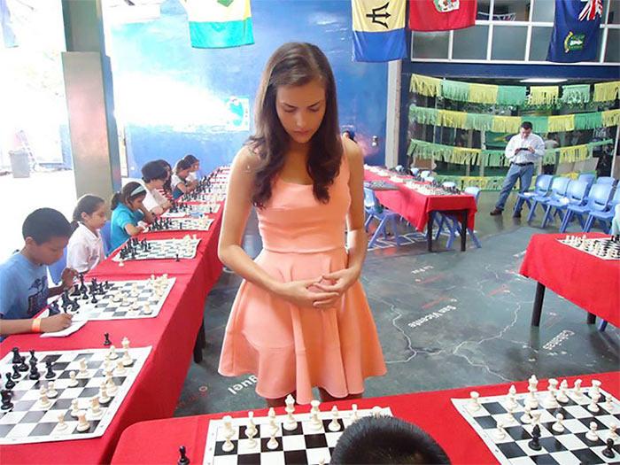 Александра Ботез. Сеанс одновременной игры в шахматы