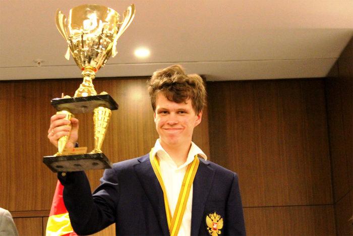 Владислав Артемьев с кубком чемпиона Европы по шахматам (Скопье, 2019)