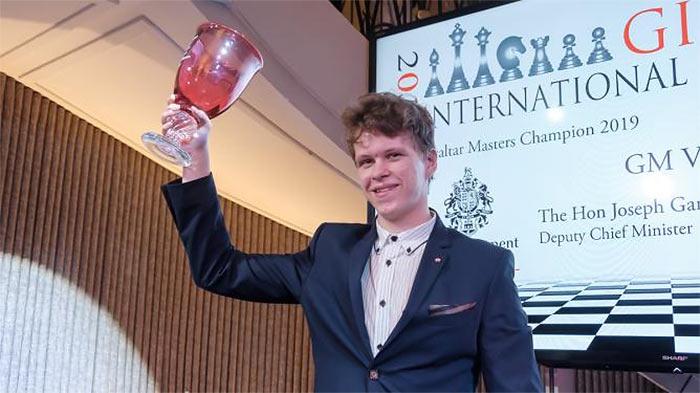 Владислав Артемьев с трофеем Gibraltar Masters 2019