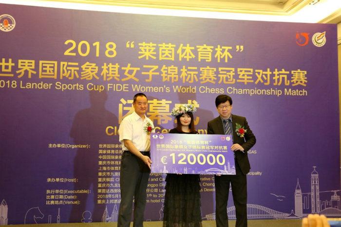 Семнадцатой чемпионке мира по шахматам Цзюй Вэньцзюнь вручается денежный чек на 120000 евро (Шанхай, 2018)