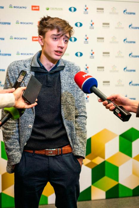 Даниил Дубов дает интервью в качестве чемпиона мира 2018 по рапиду | Фотография Леннарта Утса/ФИДЕ