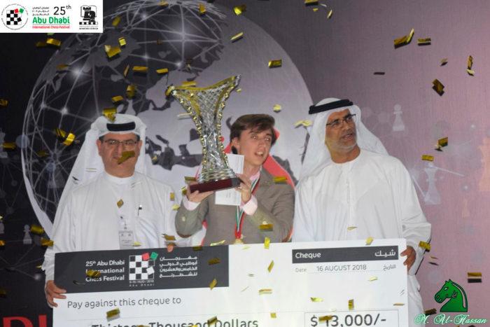 Даниил Дубов со сверкающим трофеем и чеком на $13,000. | Фотография Мурада Абдуллы/Abu Dhabi Chess Festival