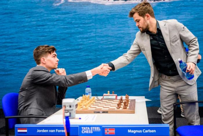 Йорден ван Форест и Магнус Карлсен (Вейк-ан-Зее, 2020)