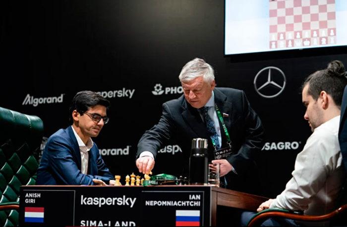 Двенадцатый чемпион мира Анатолий Карпов делает первый ход в партии Гири - Непомнящий (турнир претендентов 2020)