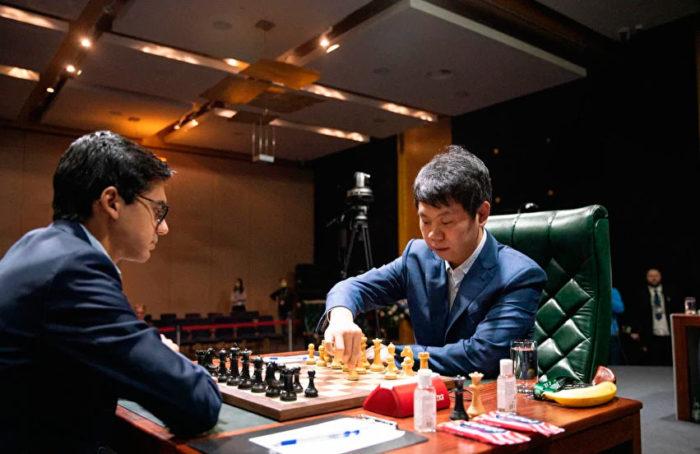 Шахматисты Аниш Гири и Ван Хао на турнире претендентов 2020