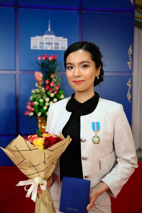 Шахматистка Динара Садуакасова c орденом «Құрмет»