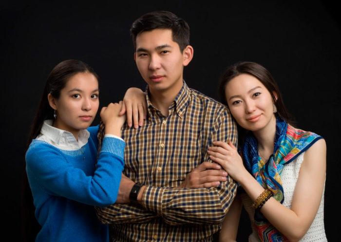 Динара Садуакасова с братом и сестрой
