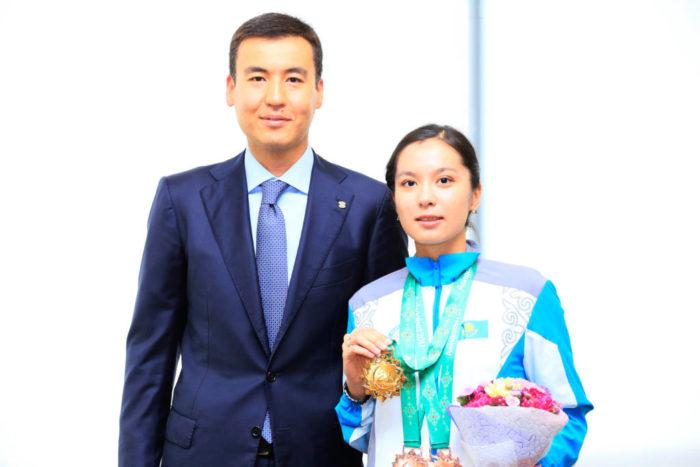 Динара Садуакасова и президент Казахстанской федерации шахмат Галимжан Есенов