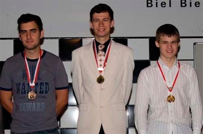 Слева на право тройка призеров Biel Chess Festival 2008 : Леньер Домингес Перес (2 место), Евгений Алексеев (1 место), Магнус Карлсен (3 место) | Биль (Швейцария), 2008