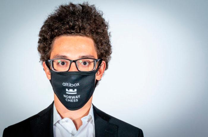 Фабиано Каруана в защитной маске с логотипом турнира в Ставангере 2020