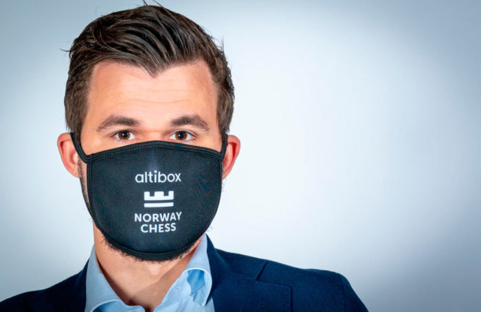 Магнус Карлсен в защитной маске