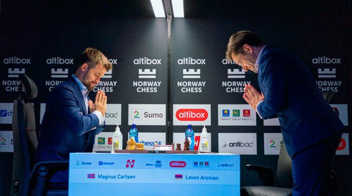 Великие шахматисты приветствуют друг друга перед началом партии. Еще год назад никто не мог предположить, что такие приветствия войдут в моду в связи с коронавирусом