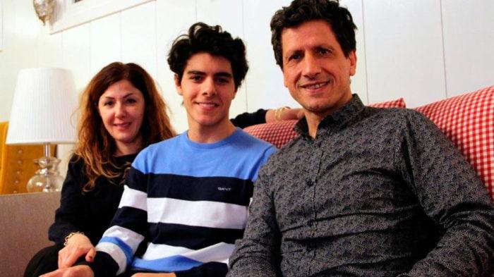 Шахматист Арьян Тари с матерью и отцом