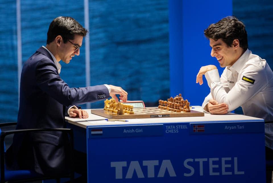 Аниш Гири (Нидерланды) и Арьян Тари (Норвегия). Шахматный турнир в Вейк-ан-Зее 2021