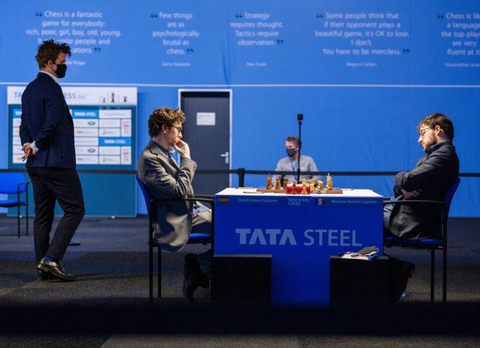 Магнус Карлсен изучает позицию возникшую в партии Гихарро - Вашье-Лаграв. Вейк-ан-Зее 2021, тур 4