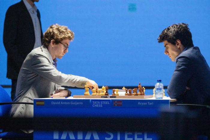 Давид Антон Гихарро (рейтинг 2679) и Арьян Тари (рейтинг 2625). Шахматы Вейк-ан-Зее 2021, тур 5