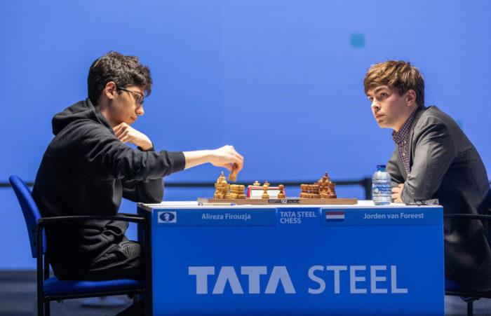 Алиреза Фируджа (рейтинг 2749) и Йорден ван Форест (рейтинг 2671). Шахматы Вейк-ан-Зее 2021, тур 5