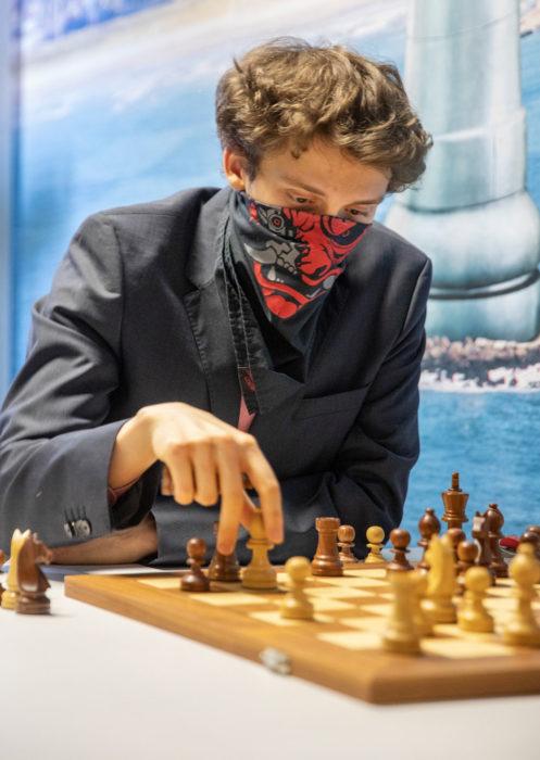 Александр Донченко в оригинальной защитной повязке. Вейк-ан-Зее 2021, тур 7