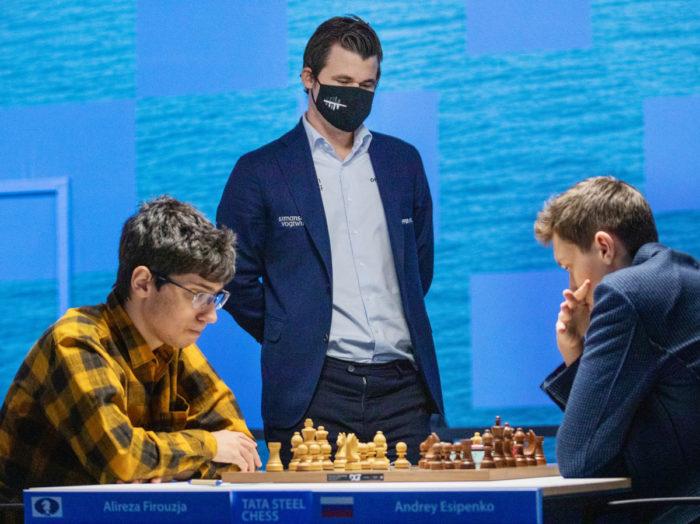 В каком-то смысле символическое фото. Действующий чемпион мира Магнус Карлсен наблюдает за игрой самых молодых участников турнира Алирезы Фируджи (17 лет) и Андрея Есипенко (18 лет). Не исключено, что кто-то из них станет в будущем новым чемпионом
