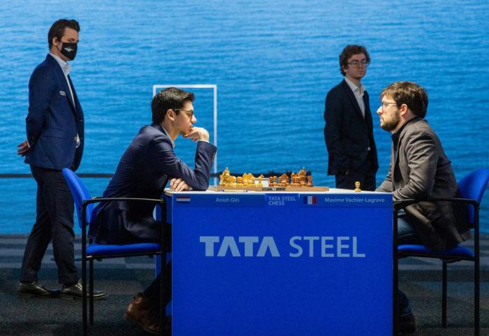 Гири и Вашье-Лаграв играют, Карлсен и Гихарро прогуливаются по игровому залу
