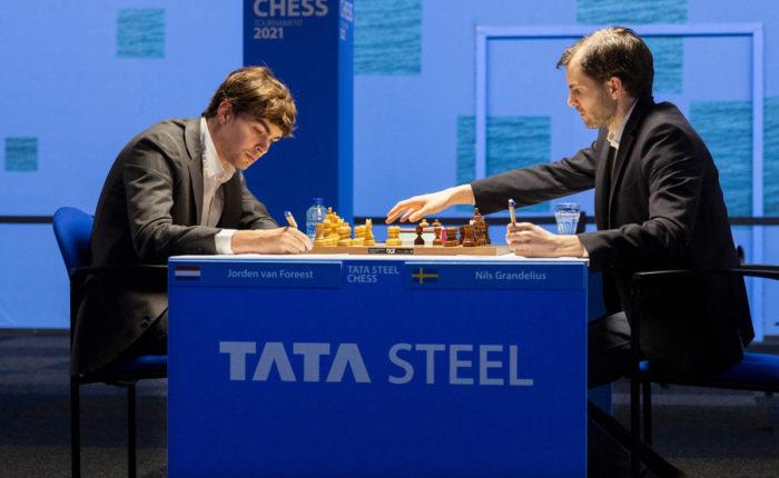 Йорден ван Форест и Нильс Гранделиус. Шахматный турнир Tata Steel Chess 2021 в Вейк-ан-Зее