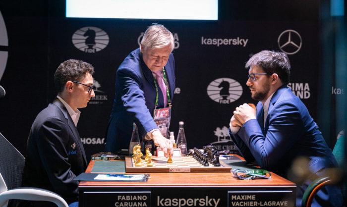 Двенадцатый чемпион мира по шахматам Анатолий Карпов делает первый ход в партии Каруана - Вашье-Лаграв