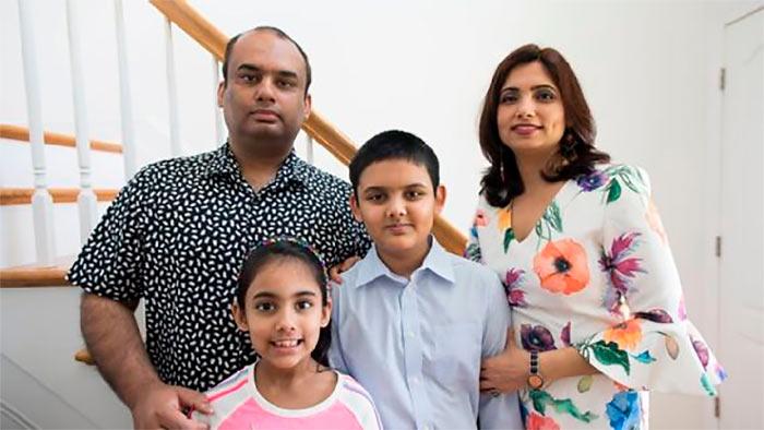 Абхиманью Мишра с отцом (Хемант), матерью (Свити) и младшей сестрой