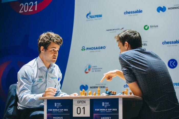 Карлсен и Есипенко обсуждают сыгранную партию