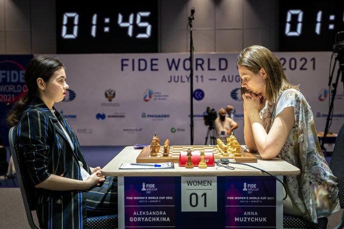Александра Горячкина и Анна Музычук в нервном напряжении перед началом партии. Кубок мира по шахматам 2021 среди женщин (Сочи). Полуфинал