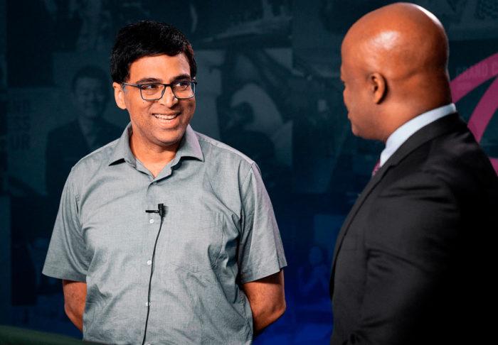 Виши Ананд дает интервью Эшли Моррису | Фотография Леннарта Утса/Grand Chess Tour