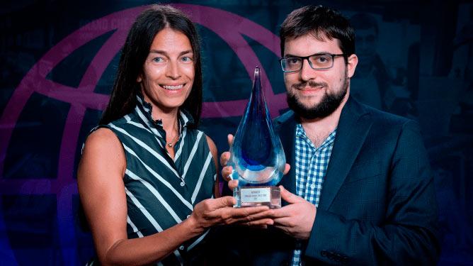 Августа Драгич, соосновательница компании Superbet, вручает приз победителю турнира Вашье-Лаграву | Фотография Леннарта Утса/Grand Chess Tour