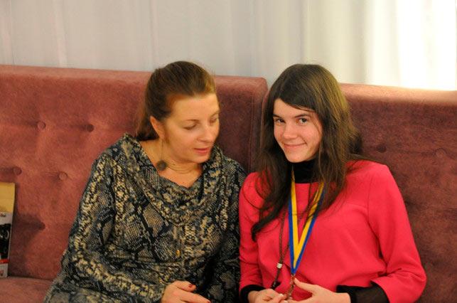 Шахматистка Юлия Осьмак с мамой (с. Малехов, 2014)