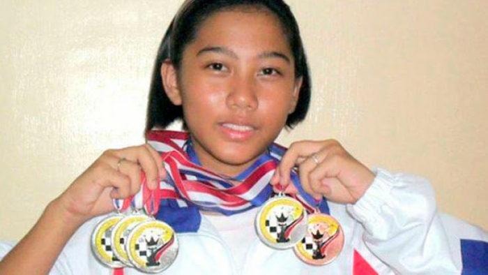 Студентка Жанель Мэй Фрайна стала первой женщиной, победившей гроссмейстера на филлипинских шахматных турнирах (2014)