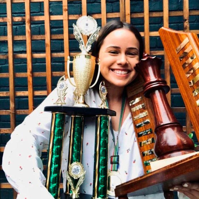 Джесси со своими трофеями с женского закрытого чемпионата Южной Америки по шахматам (2019)