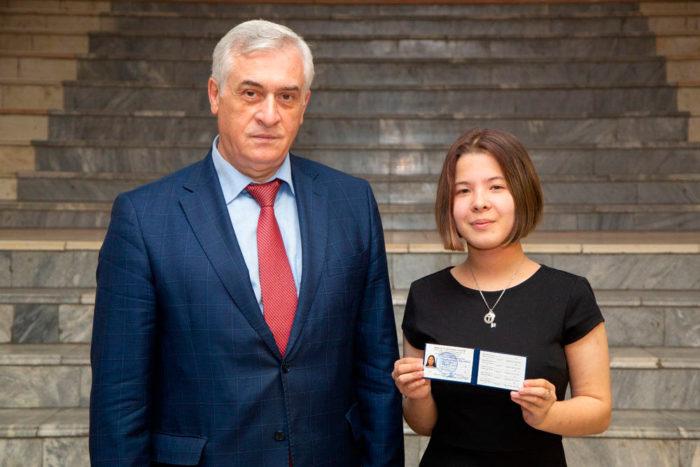 Лея Гарифуллина с удостоверением мастера спорта России по шахматам