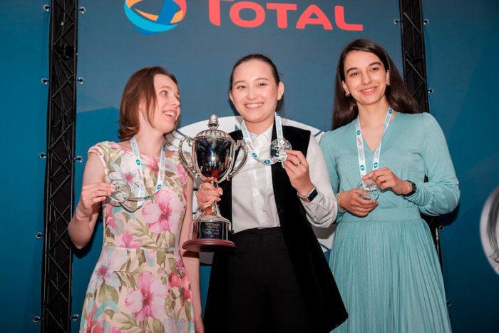 Мария Музычук (2 место), Жансая Абдумалик (1 место) и Гюнай Мамедзаде (3 место) на церемонии закрытия турнира в Гибралтаре
