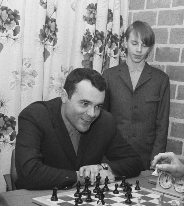 Юный Ульф Андерссон наблюдает за игрой советского гроссмейстера Игоря Платонова (1970)