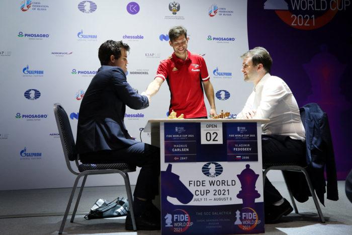 Хоккеист Сергей Толчинский приветствуют чемпиона мира по шахматам Магнуса Карлсена