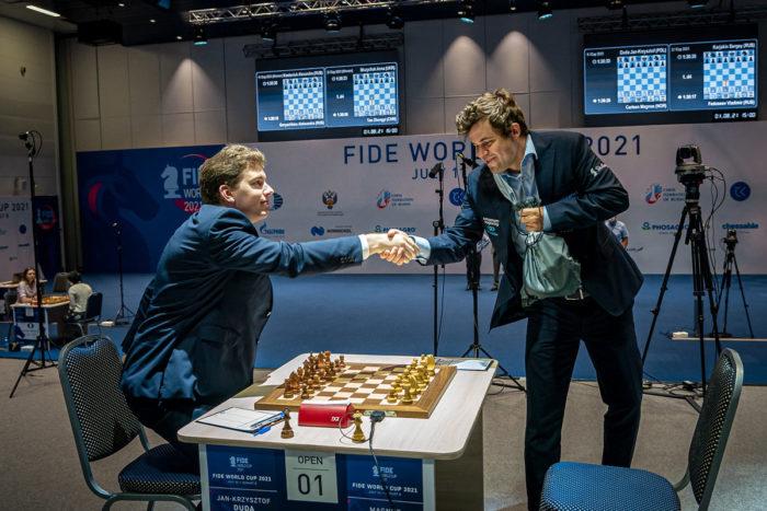 Ян-Кшиштоф Дуда и Магнус Карлсен приветствуют друг друга перед началом партии