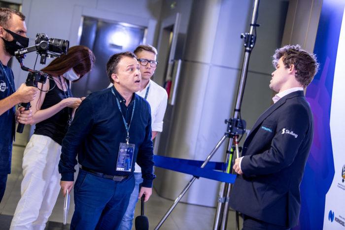 Шахматный журналист Майкл Рахал (Michael Rahal, IM) берет интервью у чемпиона мира после партии с Федосеевым