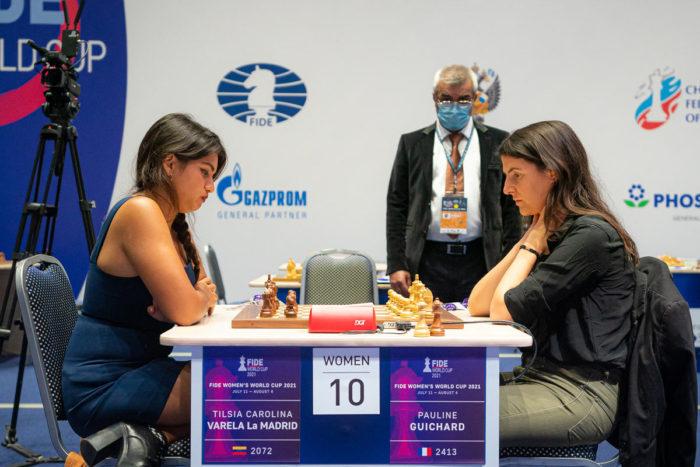 Шахматистки Тильсия Каролина Варела Ла Мадрид (Венесуэла) и Полин Гишар (Франция)