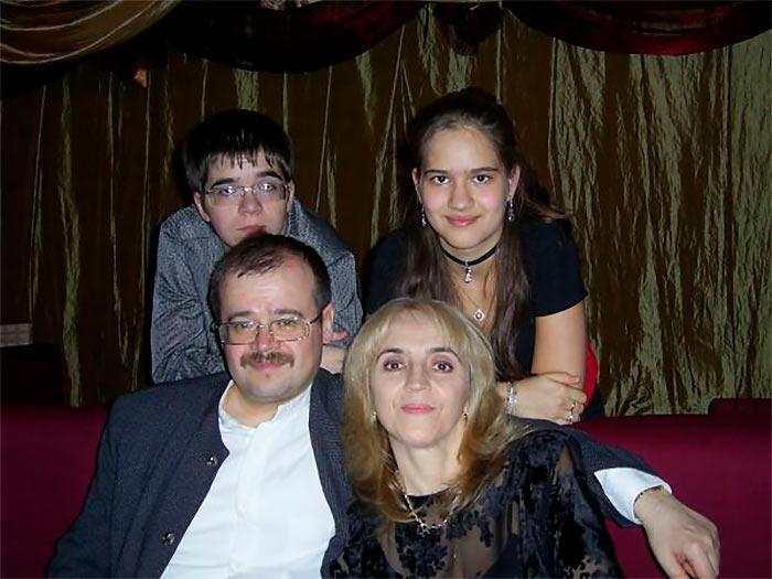 Алина Кашлинская с родителями и братом (2007) | Фотография с сайта Алины Кашлинской