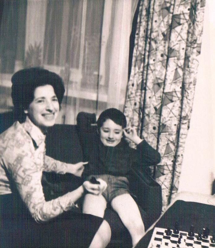 Борис Гельфанд с мамой (1975)