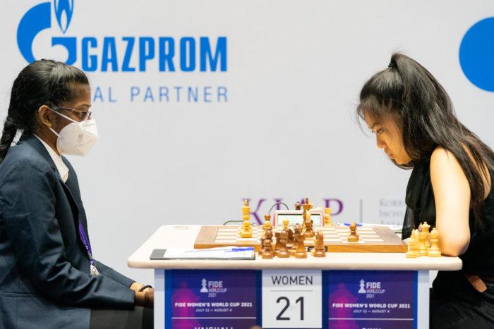 Шахматистки Вайшали Рамешбабу и Циюй Чжоу (Сочи, 2021)