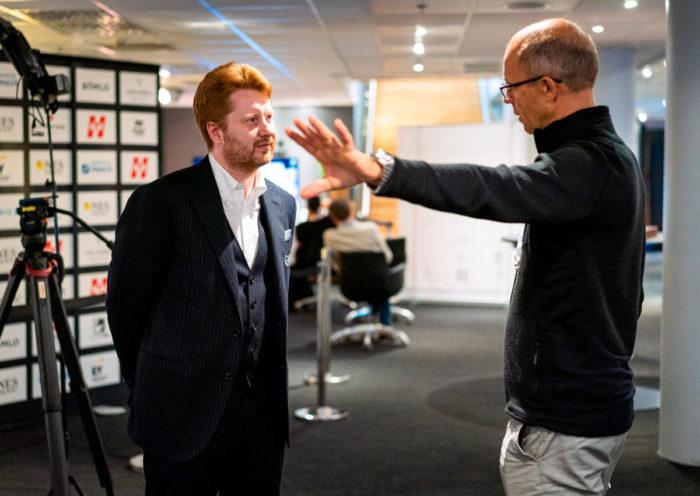 Тренер Яна Непомнящего Владимир Поткин беседует с отцом Магнуса Карлсена Хенриком. В ноябре 2021 года у них снова будет возможность побеседовать на матче Карлсен - Непомнящий за мировое первенство