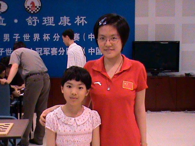 Восьмилетняя Циюй Чжоу со своим шахматным кумиром Хоу Ифань (2008)