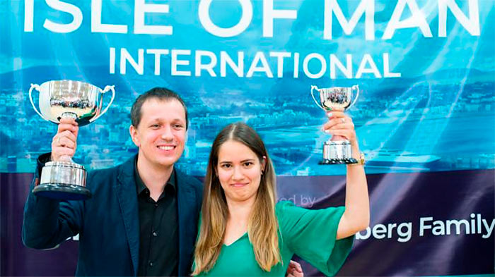 Радослав Войташек и Алина Кашлинская: эту семейную пару на острове Мэн ждал успех. Радослав победил в турнире, а Алина стала лучшей в женском зачете (Остров Мен, 2018)