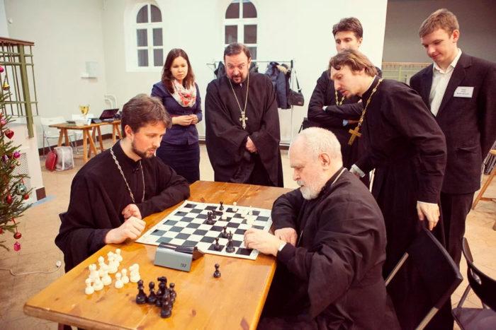 Священнослужители тоже иногда играют в шахматы